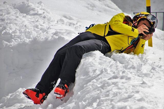 żółta kurtka sportowa w góry