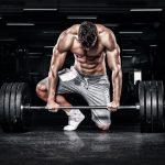 Mężczyzna wykonujący trening siłowy ze sztangą